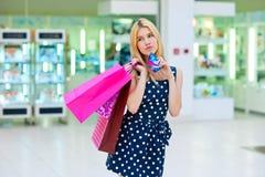 Femme attirante avec des paniers et des cartes de crédit Images stock