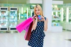 Femme attirante avec des paniers et des cartes de crédit Image libre de droits