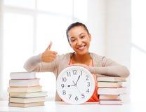 Femme attirante avec l'horloge blanche Photos libres de droits
