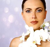 Femme attirante avec l'orchidée blanche Image stock