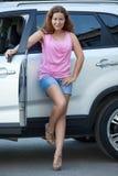 Femme attirante avec la clé de contact se tenant près de propre suv, intégral Image libre de droits