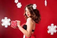 Femme attirante avec le cadeau de Noël Image stock