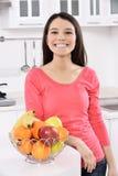 Femme attirante avec le panier des fruits Images stock