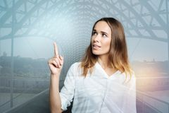 Femme attirante avec plaisir se dirigeant avec son doigt Photos libres de droits