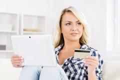 Femme attirante avec une carte de crédit et un comprimé images libres de droits