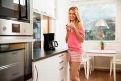 Femme attirante ayant le café Photographie stock libre de droits