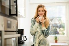 Femme attirante ayant le café Photographie stock