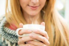 Femme attirante ayant le café Photos stock