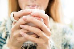 Femme attirante ayant le café Images libres de droits