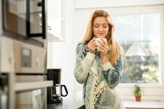 Femme attirante ayant le café Photo stock