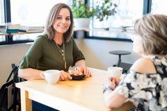 Femme attirante célébrant son anniversaire au café Photographie stock