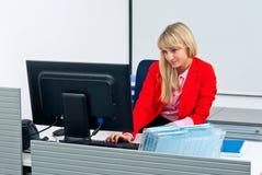 Femme attirante d'affaires dans le bureau avec l'ordinateur photo stock
