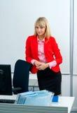 Femme attirante d'affaires dans le bureau avec l'ordinateur photographie stock libre de droits