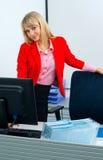Femme attirante d'affaires dans le bureau avec l'ordinateur photos libres de droits