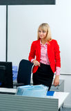 Femme attirante d'affaires dans le bureau avec l'ordinateur photographie stock