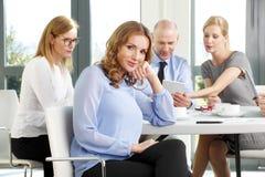 Femme attirante d'affaires lors de la réunion Photo stock