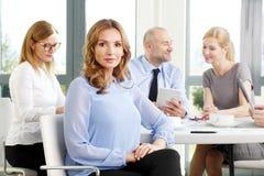 Femme attirante d'affaires lors de la réunion Image stock