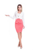 Femme attirante d'affaires montrant l'espace de copie Photo stock