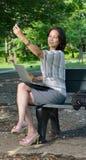 Femme attirante d'affaires sur l'aller - pauses pour le selfie Images stock