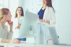 Femme attirante d'affaires travaillant sur l'ordinateur portable au bureau Gens d'affaires images stock