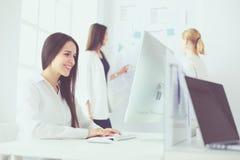 Femme attirante d'affaires travaillant sur l'ordinateur portable au bureau Gens d'affaires photo libre de droits