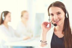 Femme attirante d'affaires travaillant sur l'ordinateur portable au bureau Gens d'affaires photographie stock libre de droits