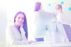 Femme attirante d'affaires travaillant sur l'ordinateur portable au bureau Gens d'affaires photo stock