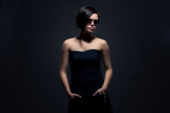 Femme attirante dans des lunettes de soleil Photo stock