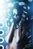 Femme attirante dans des lunettes de soleil avec de longs cheveux photos stock