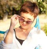 Femme attirante dans des lunettes de soleil en parc Photo libre de droits