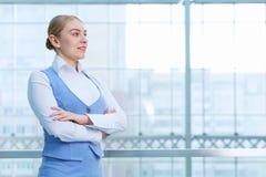 Femme attirante dans l'immeuble de bureaux Photo stock