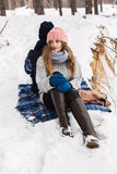 Femme attirante dans la forêt d'hiver se reposant sur la couverture sur precipic Image stock