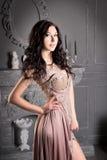 Femme attirante dans la longue robe beige luxe images stock