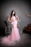 Femme attirante dans la longue robe rose luxe image libre de droits