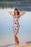 Femme attirante dans le bain de soleil photo stock