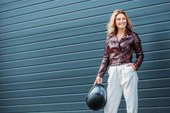 femme attirante dans le casque de moto de participation de veste en cuir photographie stock