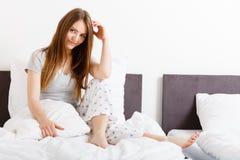 Femme attirante dans le lit photos libres de droits