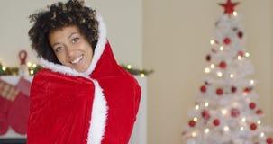 Femme attirante dans un cap rouge de Santa avec le capot banque de vidéos