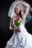 Femme attirante dans une robe de mariage avec un voile photographie stock libre de droits