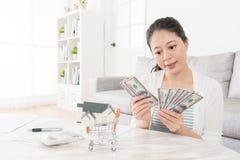 Femme attirante de beauté comptant le billet de banque d'argent liquide Photographie stock