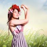 Femme attirante de brune avec la décoration de cheveux de tulipe Photo libre de droits