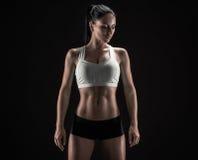Femme attirante de forme physique, corps féminin qualifié, portrai de mode de vie Image libre de droits