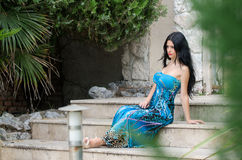 Femme attirante de mode avec la longue robe bleue photographie stock