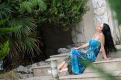Femme attirante de mode avec la longue robe bleue photos libres de droits