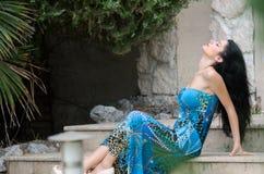Femme attirante de mode avec la longue robe bleue photo stock