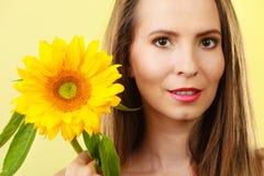 Femme attirante de portrait avec le tournesol Photographie stock libre de droits