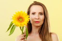 Femme attirante de portrait avec le tournesol Photos stock