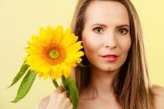 Femme attirante de portrait avec le tournesol Photo libre de droits