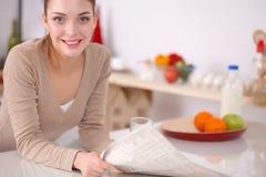 Femme attirante de sourire prenant le petit déjeuner dans l'intérieur de cuisine Femme attirante de sourire Photo libre de droits