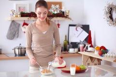 Femme attirante de sourire prenant le petit déjeuner dans l'intérieur de cuisine Femme attirante de sourire Photo stock